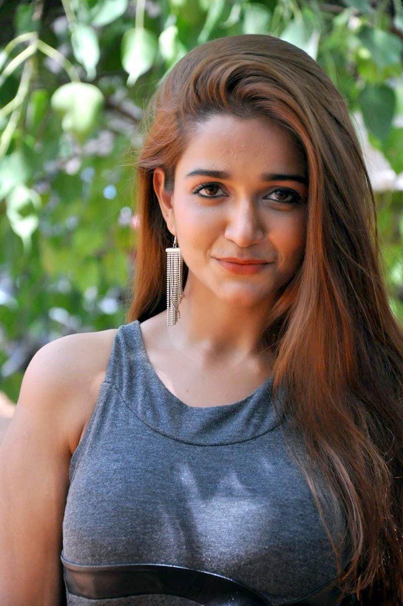 Actress Anaika HOT Photoshoot Pictures | tamilboy.com