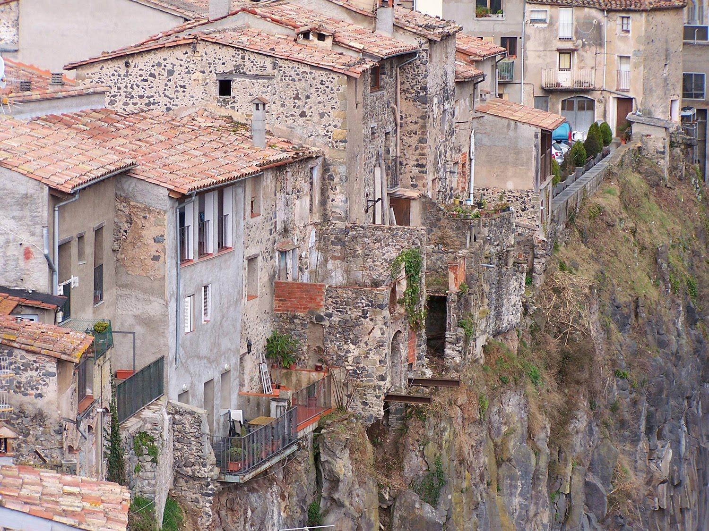 Curiosidades del mundo castellfollit de la roca geolog a for La roca espagne