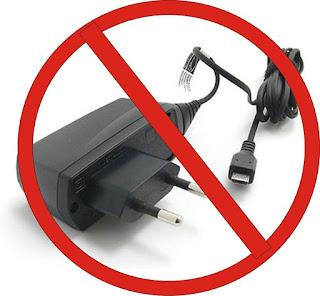 Inilah Dampak Buruk Charge HP Sambil Online