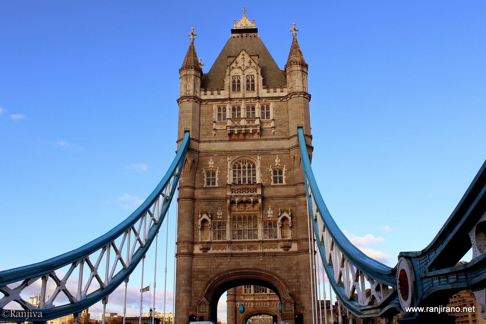 la tamise et son magnifique pont bleu tower bridge. Black Bedroom Furniture Sets. Home Design Ideas