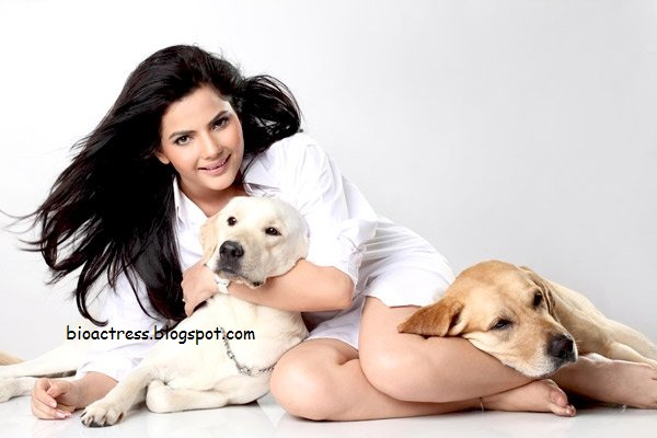 Madhavi Sharma Hot and sexy exposing gallery