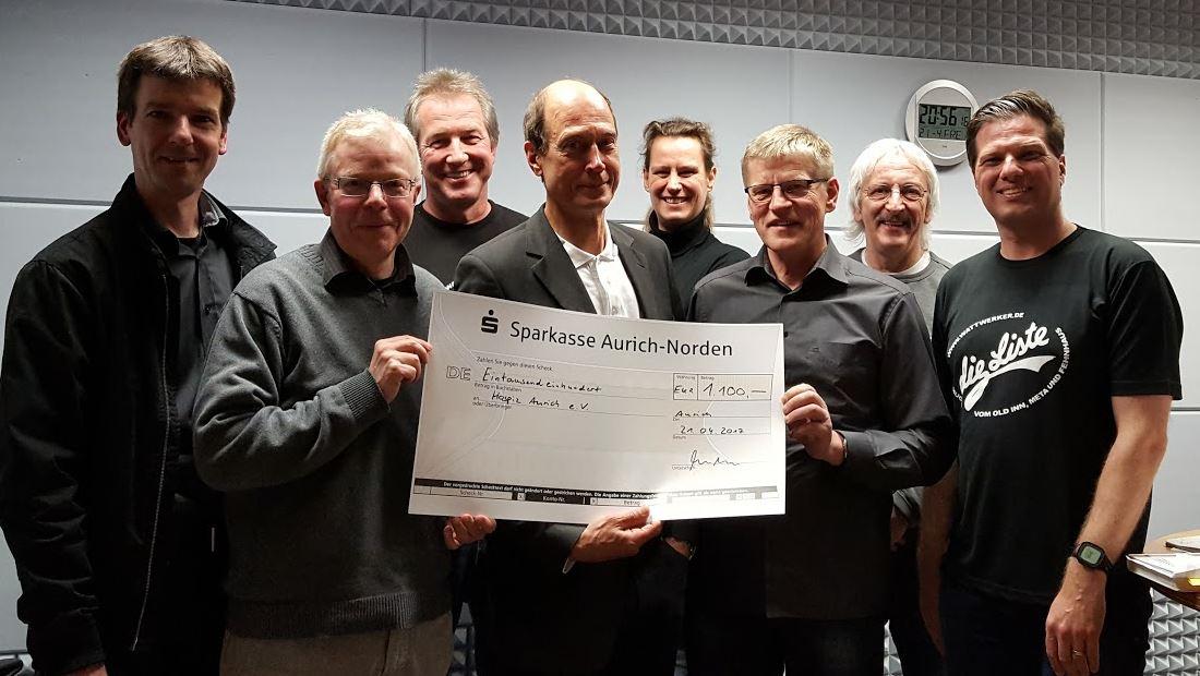Eine runde Sache: Übergabe der Spende an den Hospizverein Aurich