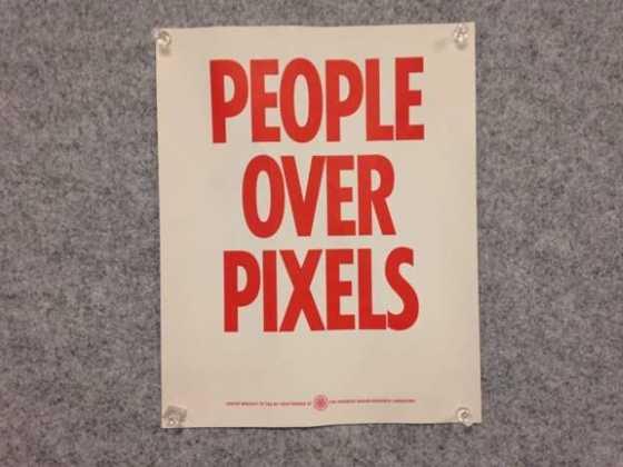 Cartaz no escritório do Facebook, em Nova York com os dizeres: People Over Pixels