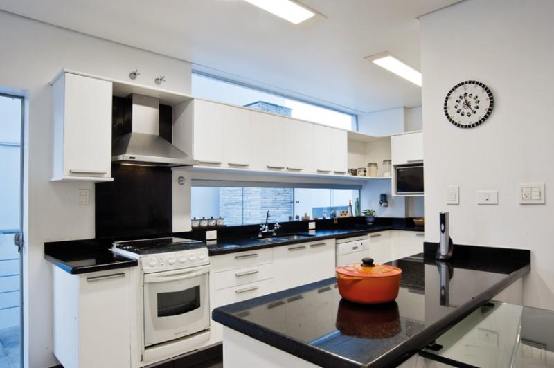 Aparador Amarelo Laqueado ~ Mania de Casa e Decoracao Janela sob armários da cozinha Soluç u00e3o eficiente de iluminaç u00e3o e