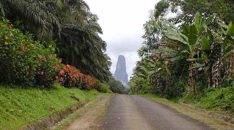 El pico Cão Grande, un masivo monolito vertical de origen volcanico