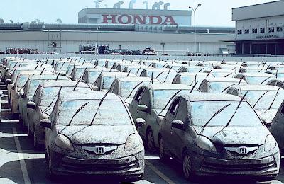 SEJUMLAH kereta Honda yang rosak akibat banjir menunggu untuk dimusnahkan di sebuah loji kereta syarikat tersebut di wilayah Ayutthaya, tengah Thailand semalam.