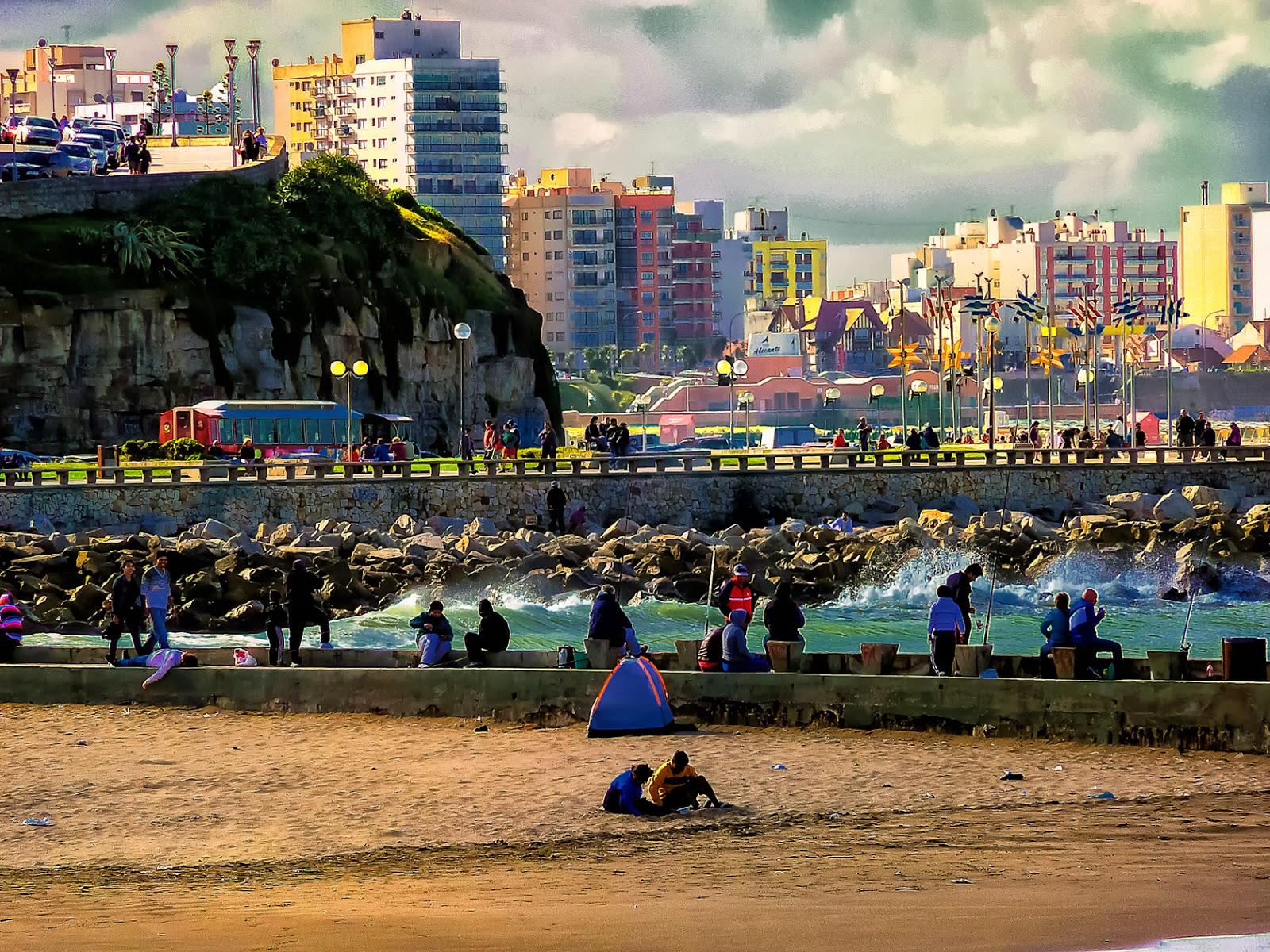 Gente en la escollera en el mar y parte de Mar del Plata