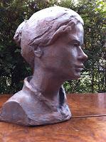 Portrait féminin en terre cuite