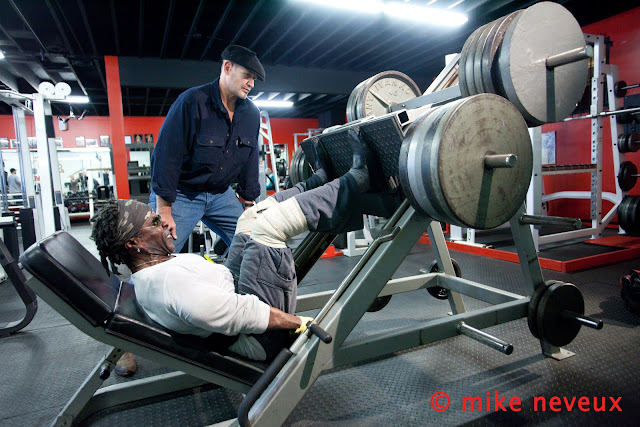 ROBBY ROBINSON 64 YEARS BY MIKE NEVEUX FOR IRON MAN MAGAZINE 2010 LEG PRESS OVER 1.000 LBS, WITH FASCIA / BODY DYNAMIC EXPERT DEAN MURRAY