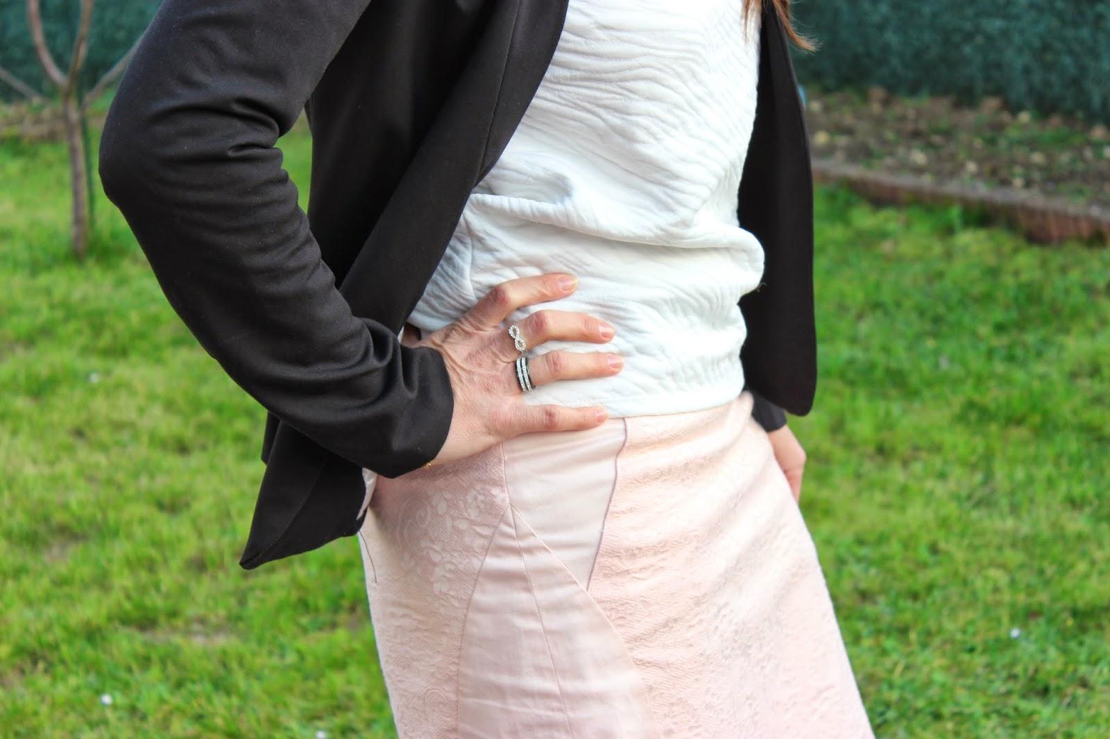 Jupe rose Naf naf, bottine, veste noire persumall