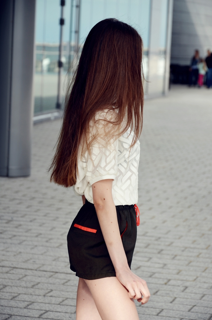 długie włosy i spodenki z wysokim stanem