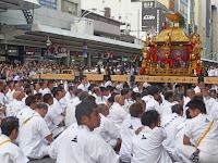 御旅所の歩道は神輿を観る人で大混雑!