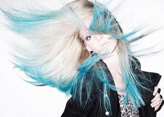mechas azules en el pelo