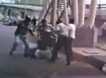 Pasajeros de un Autobus Atrapan y Golpean a dos Ladrones