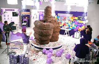 Cadbury Dairy Milk celebrate one million Facebook fans by creating a giant 'Like' thumb out of choclate