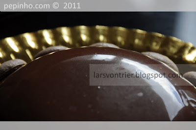 Cúpula de chocolate con leche, cerezas y kirsch