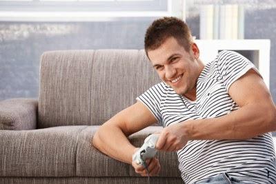 Un hombre sentado en el sofá jugando a un video juego