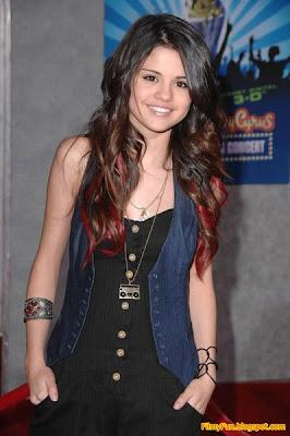 Selena_Gomez_smile_FilmyFun.blogspot.com