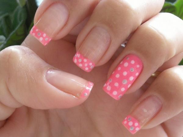 As unhas decoradas simples podem ser feitas por todas as mulheres que