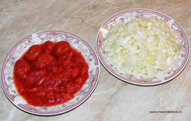 rosii intregi la borcan taiate cubulete, ceapa taiata mic, ingrediente mancare de spanac,
