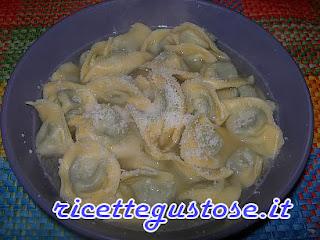 http://www.ricettegustose.it/Primi_zuppe_e_minestre_html/Cappelletti_in_brodo_cicoria_e_salsiccia.html