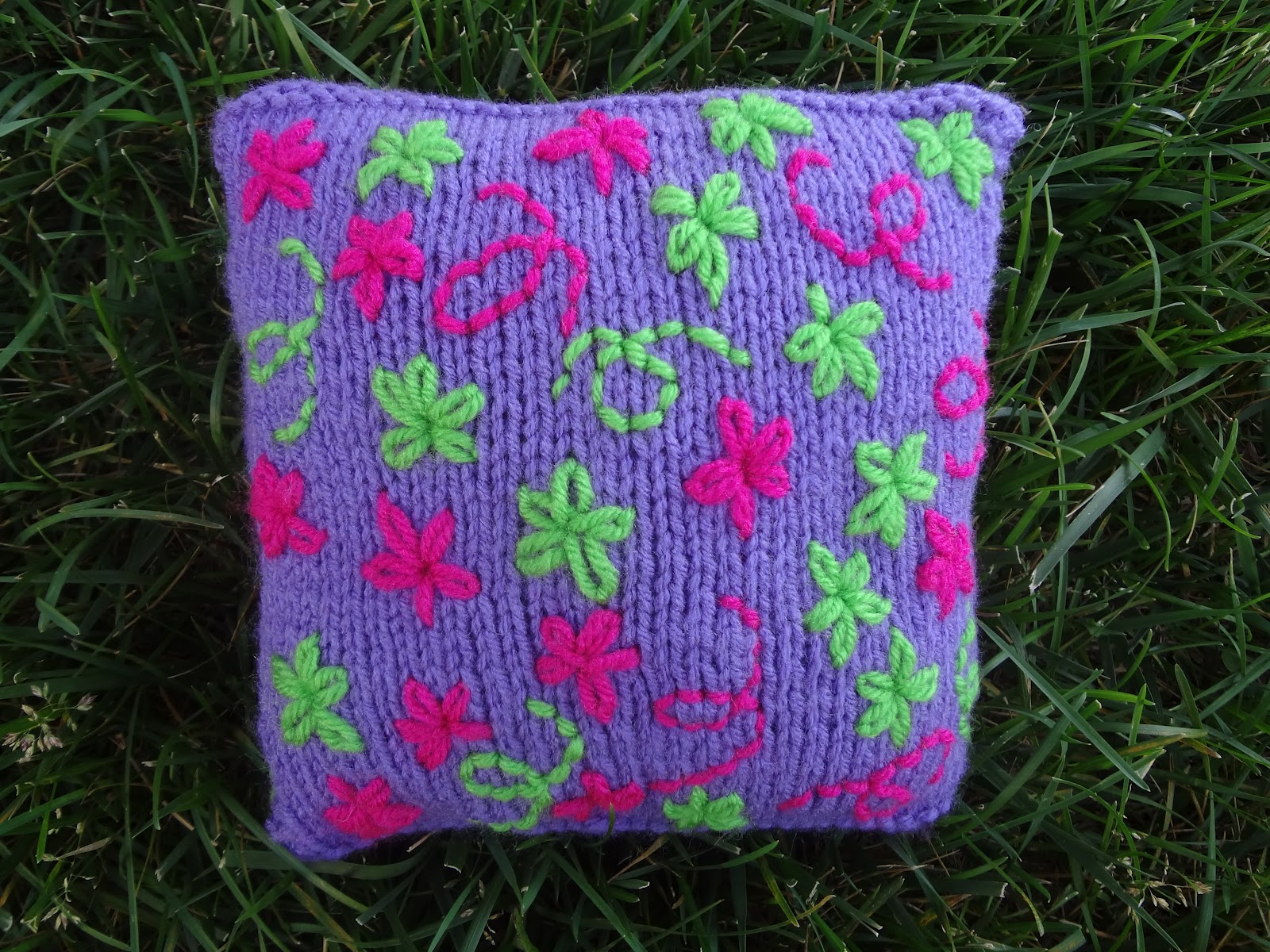 Knitting Pillow Pattern : Fiber flux free knitting pattern embroidered daisy pillow