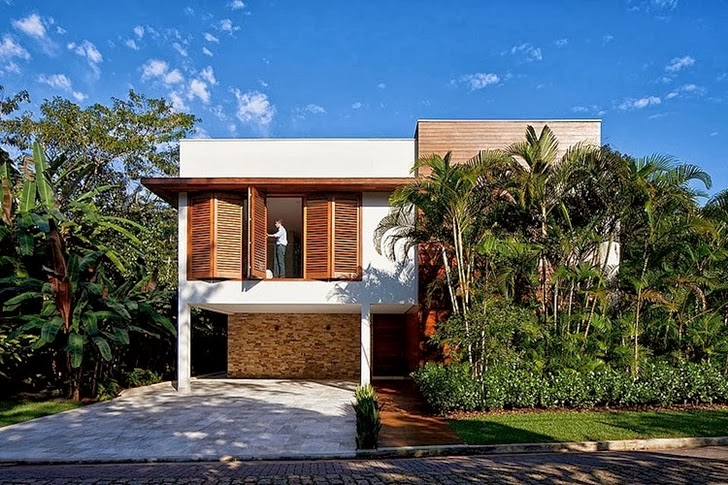 Facade of Contemporary Iporanga House by Patricia Bergantin Arquitetura