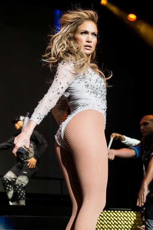 Jennifer Lopez exibe boa forma em evento musical com seu requebrado