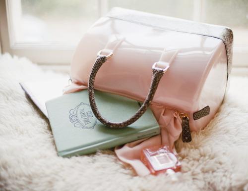 modny dodatek, pastelowe torebki, victoria beckham, streetstyle, pudrowy kuferek