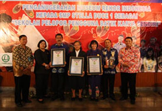 Penghargaan MURI Kepada SMP Stella Duce 1 Yogyakarta Sebagai Sekolah Pelopor Pengguna Batik Karya Sendiri
