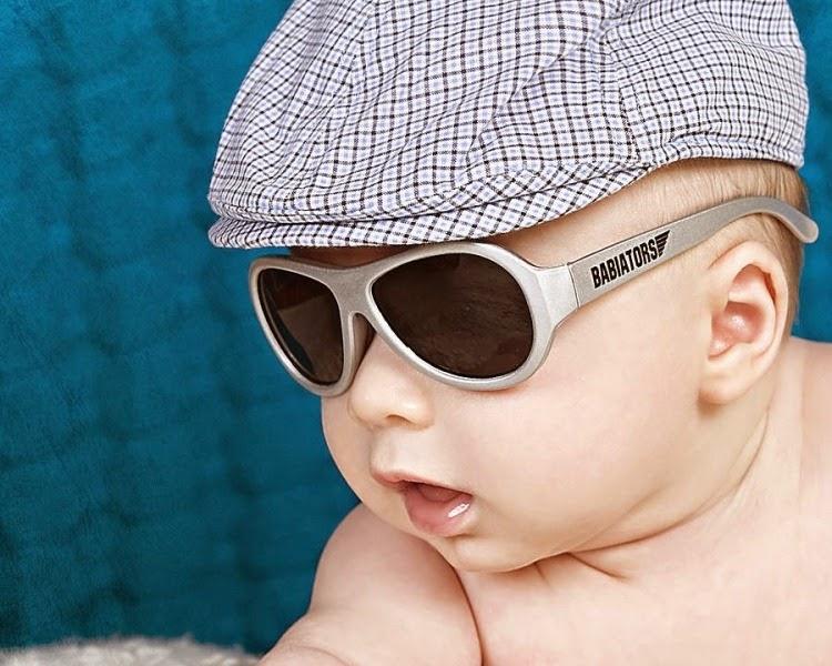 Foto bayi laki-laki keren memakai kacamata