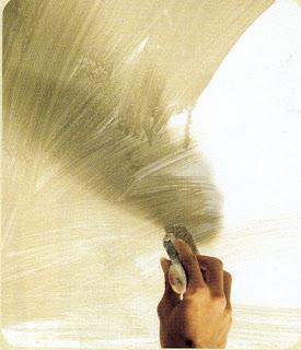 Colour washing bisa dikerjakan dengan kuas besar menggunakan cat emulsi yang diencerkan dengan air