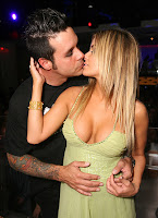 Carmen Electra beso