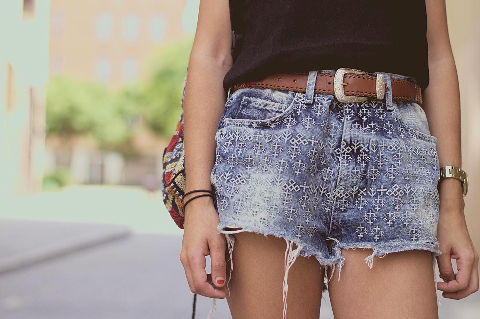Shorts TopShop, top Mango, bolso de la Índia, cinturón vintage, Zara mules, Born de Barcelona