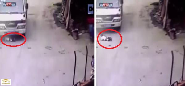 بالفيديو: طفل ينجو بأعجوبة من دهس شاحنة