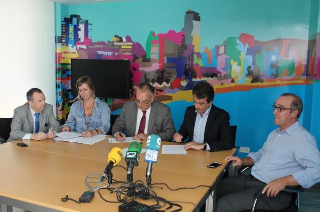 La firma del convenio se ha producido hoy entre la Fundación y el Grupo Aqualandia