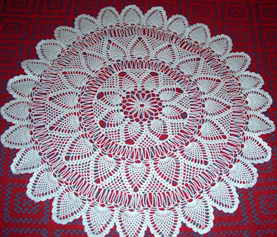 Carpeta redonda con piñas tejida a crochet
