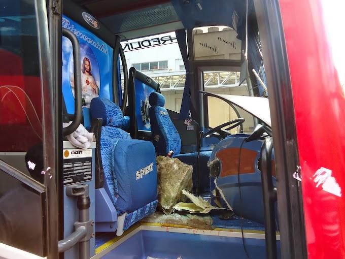 Un herido al caer piedra dentro de un bus