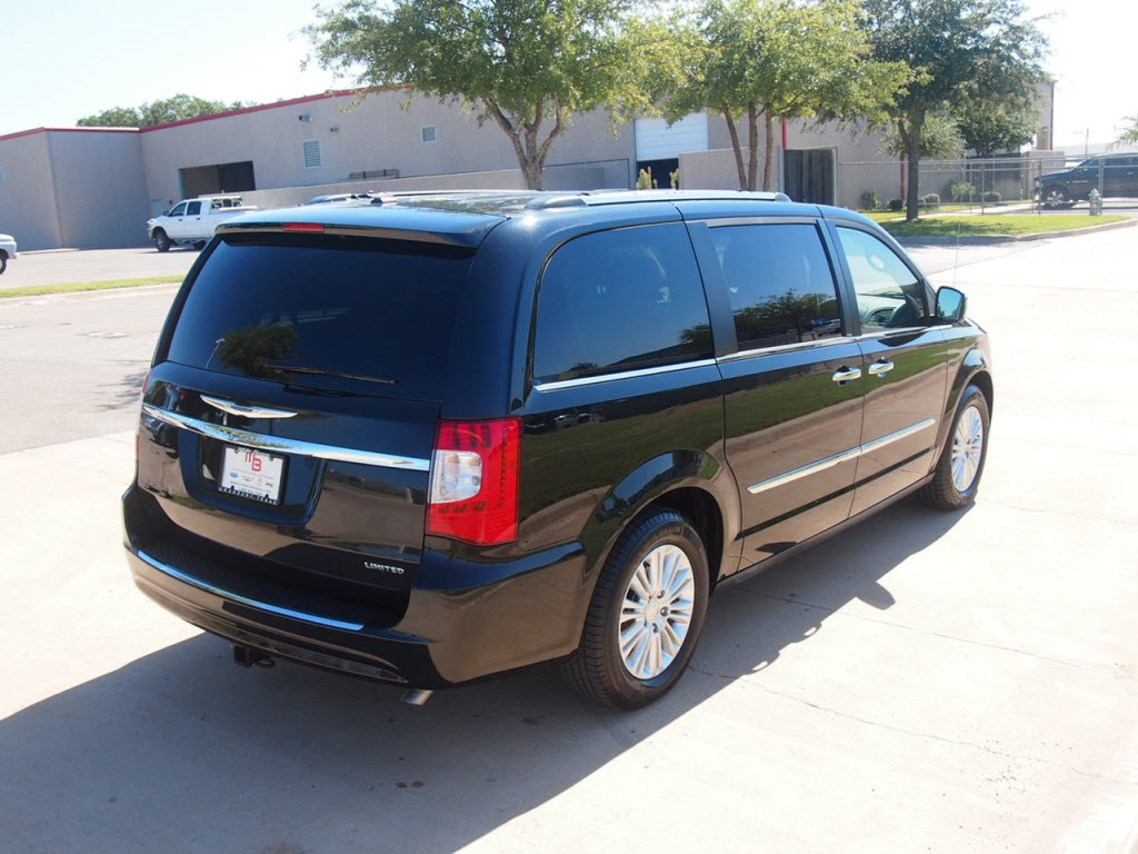 for sale 2012 chrysler town country limited 11k miles has sunroof dual dvd players call 817. Black Bedroom Furniture Sets. Home Design Ideas
