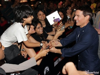 tom cruise y su portatil que lo aplaudia