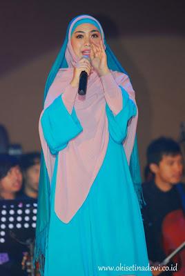 Inspirasi jilbab santun, anggun dan cantik ala Oki Setiana Dewi dalam