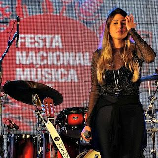Mica canta na Festa Nacional da Música de 2015.