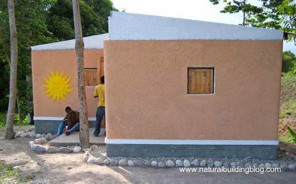 Casa económica en Haiti construida con bolsas de tierra