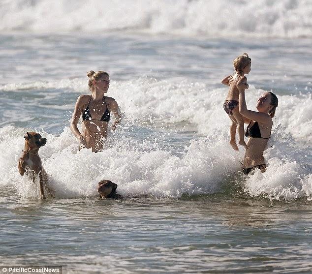 الموديل البرازيلية جيزيل بوندشين خلال عطلة عائلية في كوستاريكا