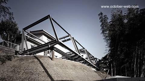 Estructura de acero de un volumen de una casa japonesa vanguardista