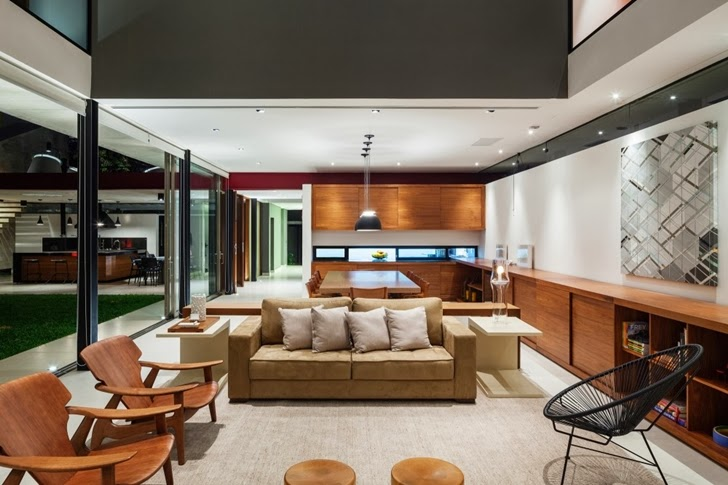Living room furniture in Modern Planalto House by Flavio Castro