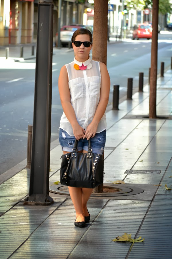 look_outfit_camisa_blanca_collar_tricolor_Chulinadas_ruedas_Bershka_bailarinas_piel_Zara_nudelolablog_01