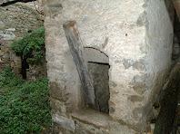Entrada superior d'una de les tines de l'interior de la Serra