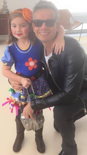 Ator e atriz com filha vestida de caipira