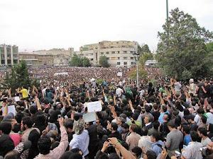 همین الان از میدان توپخانه تهران خبر رسید که مردم تجمع کردند و شیشه مغازه هارو شکسته اند